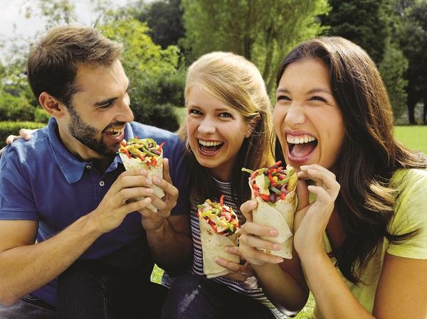 pessoas felizes comendo alimentação