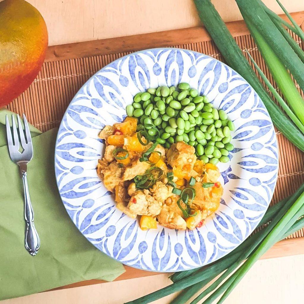 Frango com manga e curry acompanhado de Edamame